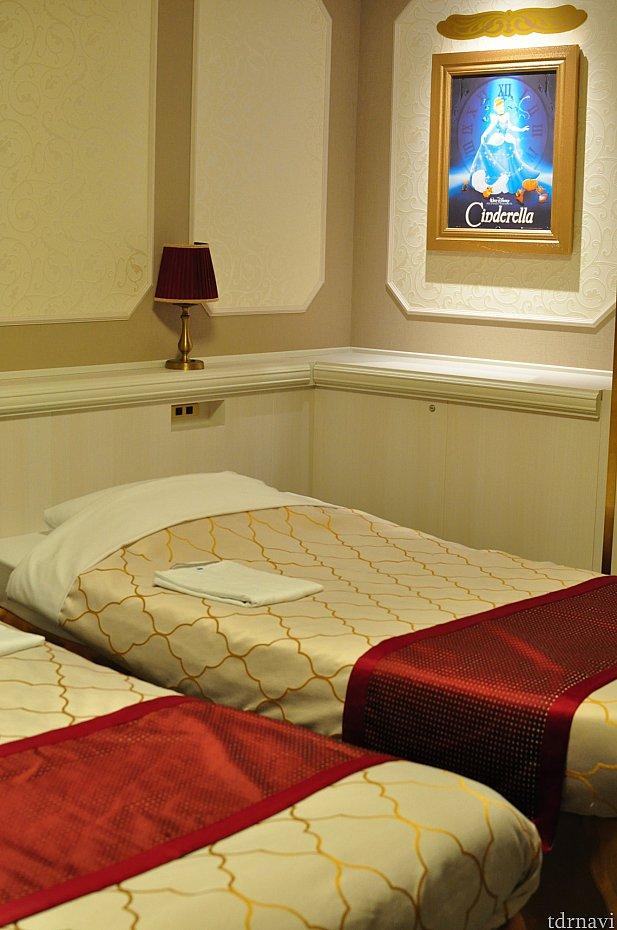 枕元には各々電源コンセントがあって便利です。それ以外にもコンセントはあります。