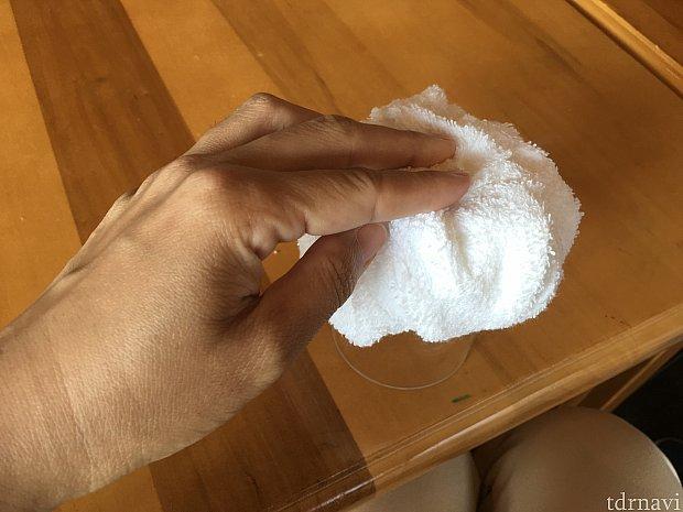 作り方は円柱に輪ゴムどめされたタオルをはじから中央に持っていくと…