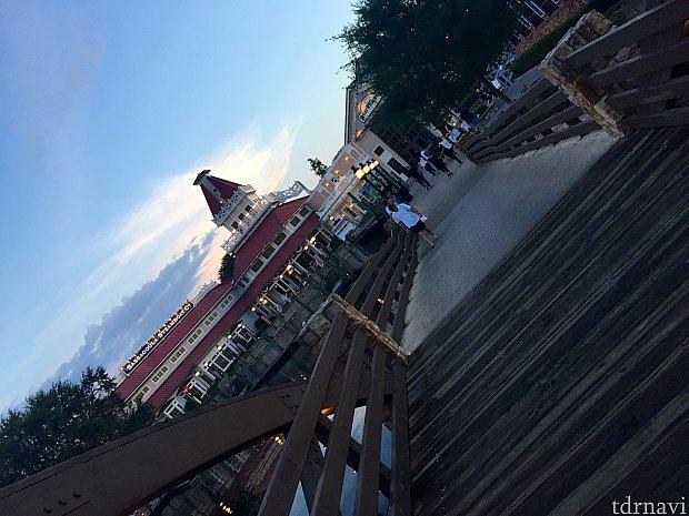 ホテル棟エリアから、レストラン、フロントデスクがあるメイン棟に渡る橋も風情があります。