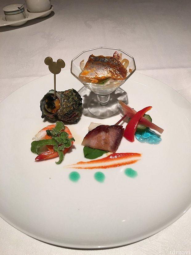 季節の前菜の盛り合わせ°○°左のアイスプラントという野菜の食感が大好きです💕ブルーシロップを使ったジュレがクリスタルブルーをイメージされています!