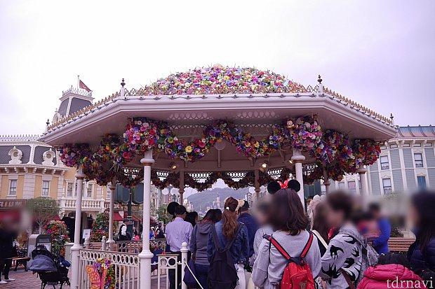 ミッキーとミニーのグリーティングは屋根にお花がたくさんで可愛い!