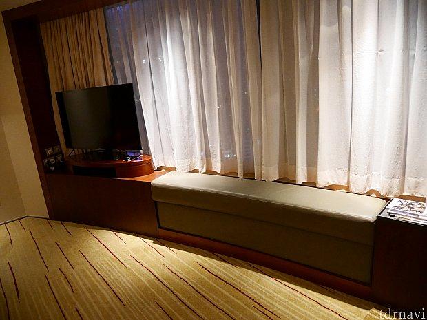 窓際はソファー地で、座りながら夜景が見れます!