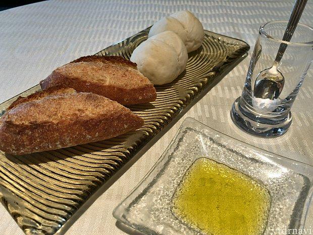 パンはオリーブオイルと共に!お好みで岩塩を入れて