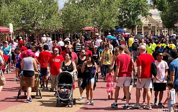 赤いTシャツや服を着ているのが、LGBTQコミュニティの方達とそのサポーターの人々。この日のマジックキングダムは赤とレインボーで着飾った人達で溢れます。