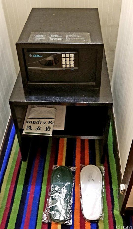クローゼット内にある金庫。好きな4桁の番号を入力⇒LOCKを押せば閉まります