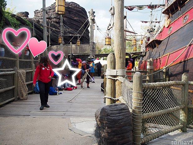 ステージを端から見た写真です。☆が子どもがいる場所・ハートが大人がいる場所・真ん中のハートの奥に2段目があります。