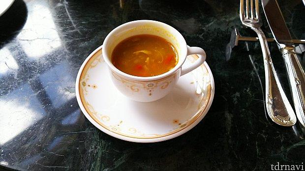 まずはスープが運ばれてきました。パンプキン感は薄くおいしかったです。