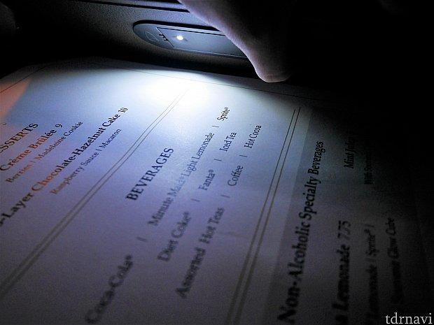 押すと光ってメニューが読めるようになってました!携帯の画面の明るさをライトがわりに見た方が見やすいですが😅