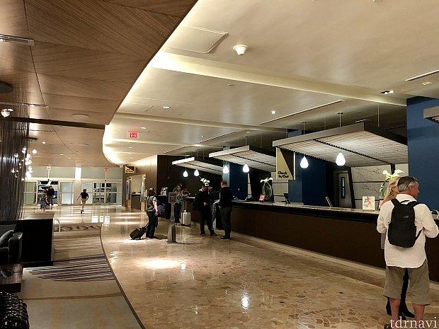コンテンポラリーリゾートの名の通り、とても近代的なホテルです。ホテルのロビーエリアにいると、WDWの中にいるような空気感がほとんどありません。