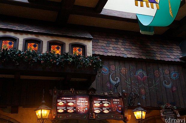 注文カウンターの店内装飾。ベルの住んでいた町並み。