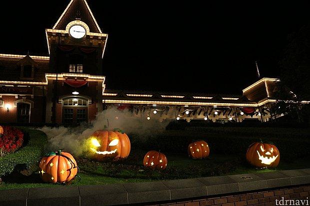 エントランスのかぼちゃが光り、一定間隔でモクモクと煙が出て来ました。昼間も出ていたのかもですが。