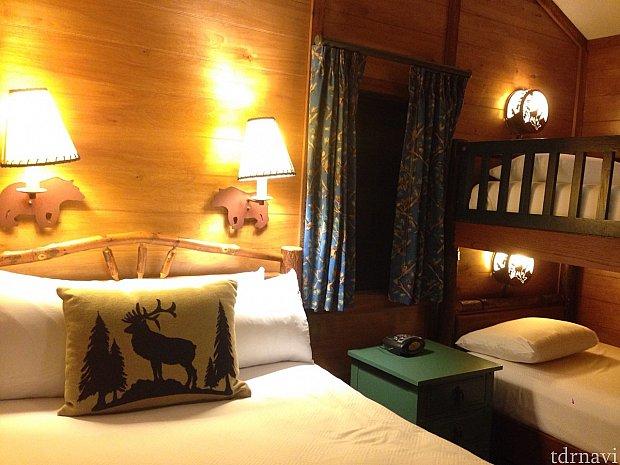 ベッドルーム。手前がダブルベッド、奥が2段ベッドです。
