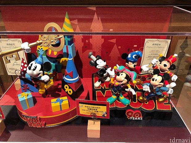 限定フィギュア 各599元 左のは限定300、右は200。上海衣装のミッキーもいる!