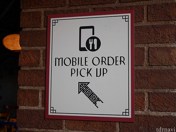 モバイルオーダーの受け取り口にはこのようなマークがあります。