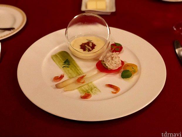 ガリオンの最初はホワイトアスパラガスのマリネとズワイ蟹のサラダ。