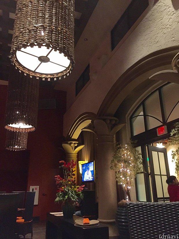 照明もやや薄暗くて良い感じです。小さいレストランですが、ゲストも少なくて静かで最高でした。
