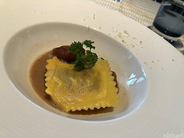 リ・ド・ヴォーのソテーとポルチーニ茸のラヴィオリ ヘーゼルナッツが良いアクセントに!
