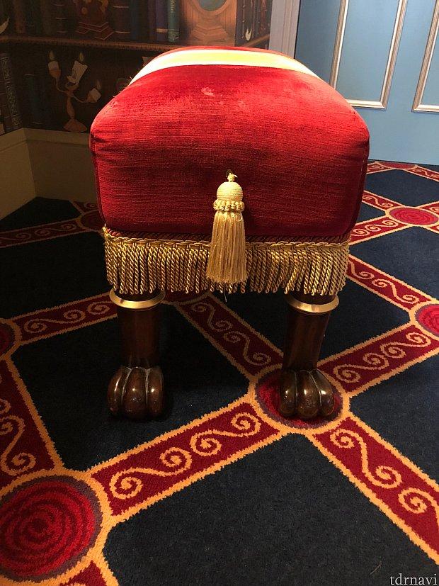 化粧台の椅子 足元が足…指があります