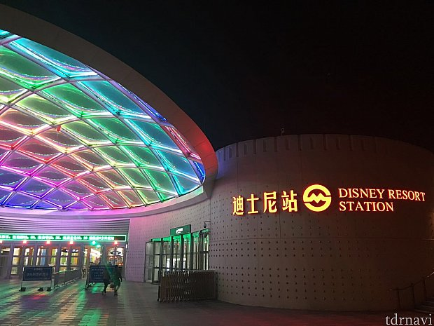 ライトアップされた地下鉄11号線のディズニー駅に到着!