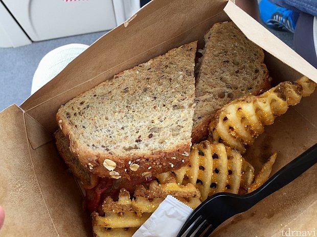 ここで乗船前に買ったサンドイッチでランチにします。