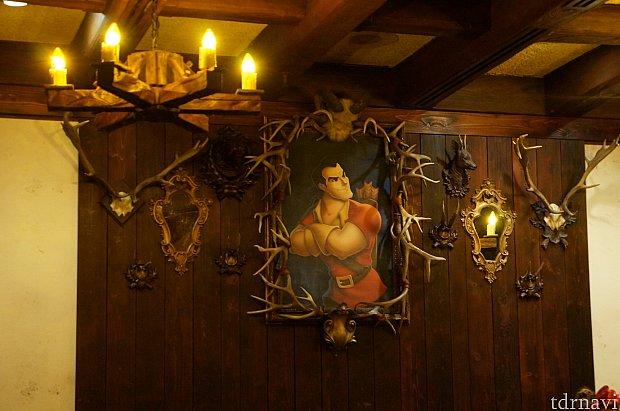 酒場の雰囲気がある食事スペースにはガストンの肖像画が飾られています。