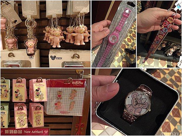 左上から、キーホルダー①(75元)、キーホルダー②(55元)、腕時計①(129元)、ピントレ用ランヤード(39元)、ピンバッジ(39元)、ピンバッジセット(149元)、腕時計②(429元)