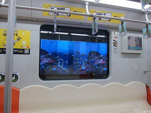 駅の窓に広告が現れます。