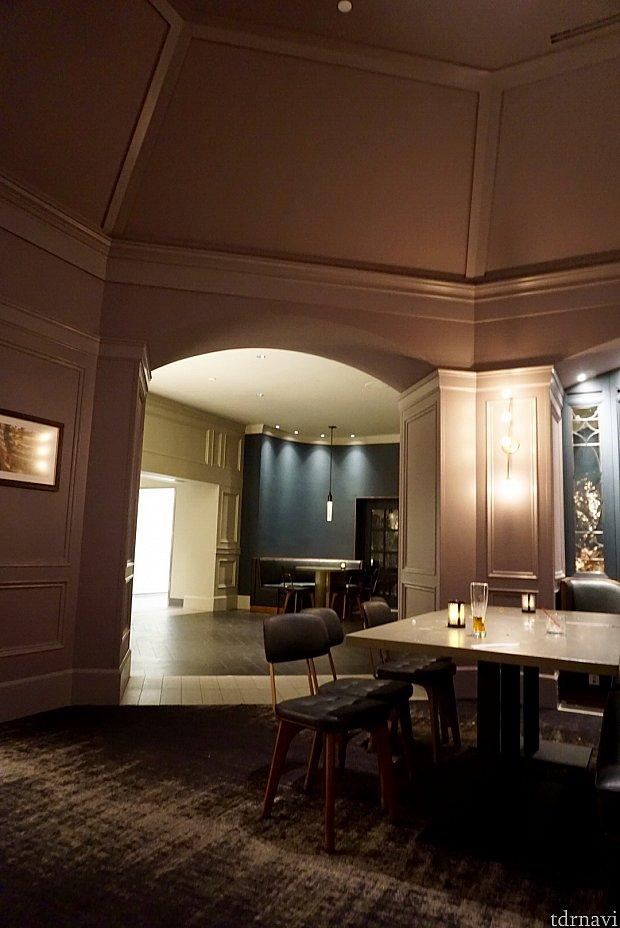 照明も薄暗くてゆったりな感じのレストラン内。