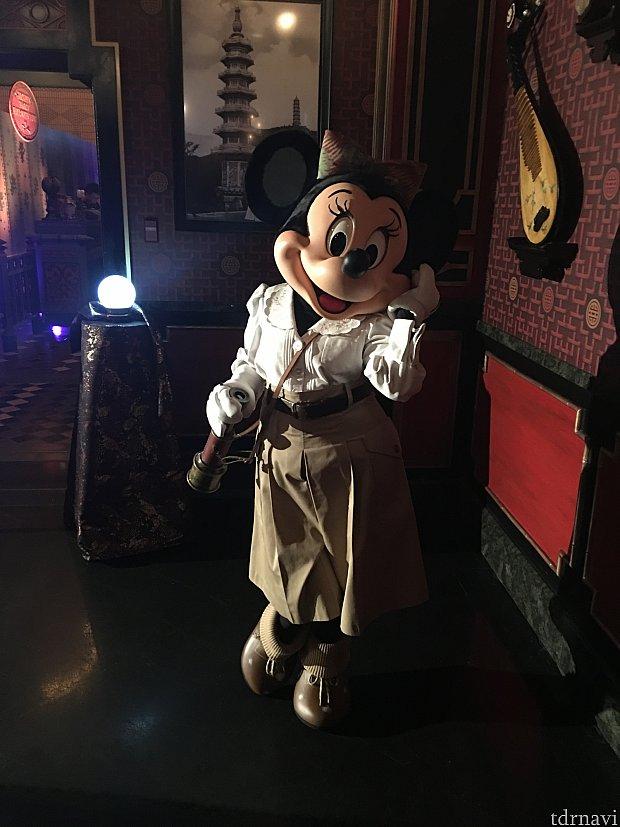 探検家ミニーマウス店内で整列グリーティングです!