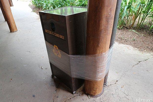 ゴミ箱はグルグル巻きです これが飛んで行っちゃうほど風が吹くと言うことです