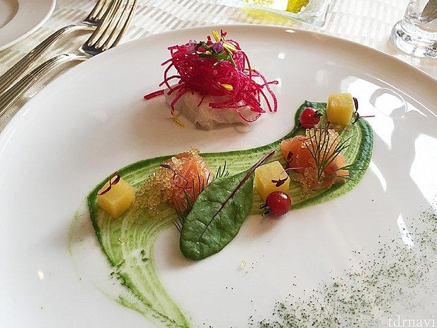 帆立貝とカブのサラダ ブロッコリーのピュレとサーモンマリネを添えて