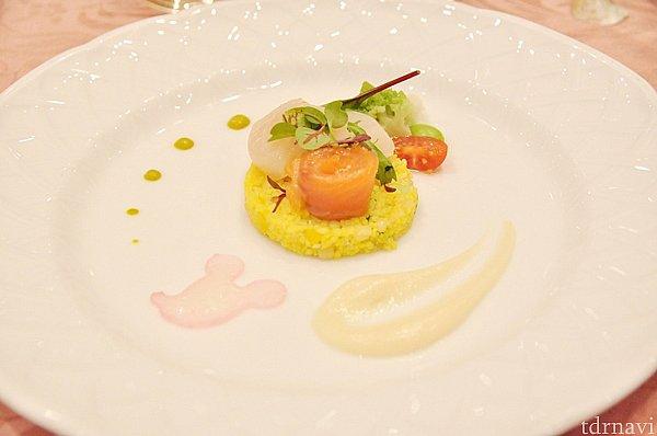 軽く燻製した帆立貝とサーモン 野菜のタブレとともに パースニップのピュレとグリーンマスタード