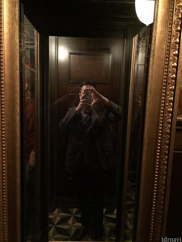 仕掛けその3: 不思議なミラー左右が反対に写る不思議な鏡。右利きの僕がカメラを持っている手が、鏡内では左手に。説明しにくいですが、鏡に写る自分の範囲も広くて、自分を入れずに写真を撮ろうと移動してもどうしても自分が入ってしまいます。意味わかりますかね〜?