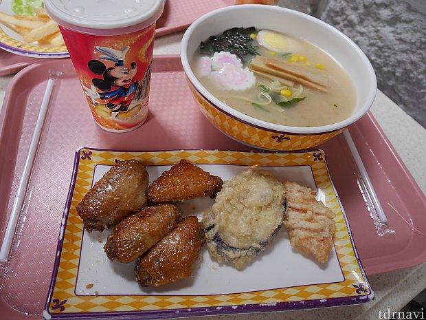 こちらのラーメン、チキンウィング、野菜の天ぷらとドリンクのセットは139HKドル。天ぷらはなんと人参!めずらしい!こちらの人は柔らかめの麺を好むのでラーメンはかなり柔らかいです。チキン美味しかったぁ😆