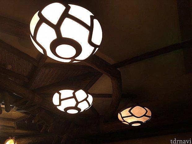 照明は電力が足りないのか?明るくなったり暗くなったりを不規則に繰り返しています。これは雰囲気を出すための演出だそうです!