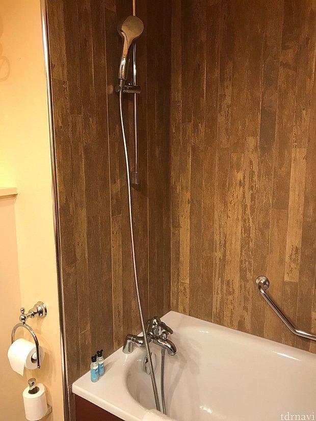 可動式シャワーが嬉しい。水圧は弱め。水捌けは良好。