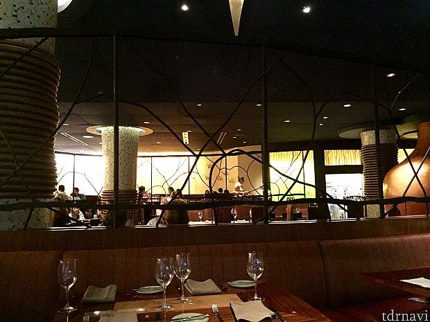 メインダイニングエリアと、2つの部屋があり結構大きなレストランです。