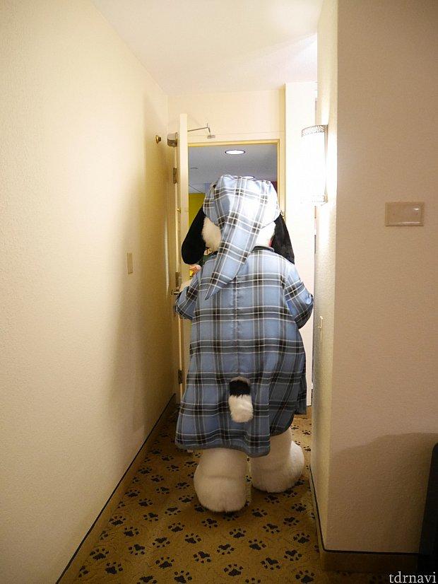 【パジャマスヌーピー】 しっぽがパジャマから出てるのかわいい❤ 滞在時間は1分半ほどでしたが、お部屋に来てくれるのはとっても贅沢でした😆