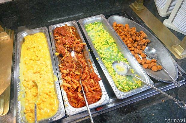 こちらはキッズ向けのメニュー。左からチーズのマカロニ、ボロネーゼ、コーンとグリーンピース、ナゲット。