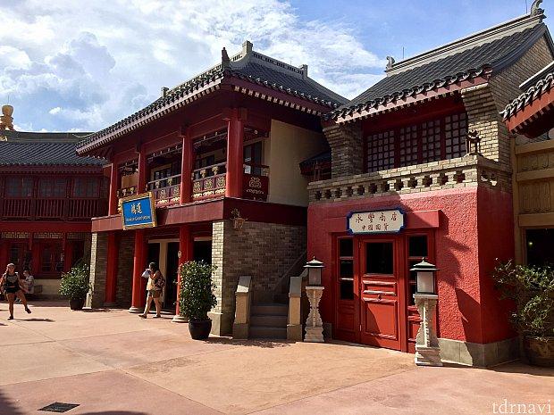 中国館の奥も街並みが作られており、本当によく出来た贅沢な作りのパビリオンだと思います。中国館は、アトラクションを始め、上海ディズニーリゾートの展示室、そして中国館自体もじっくり時間をかけて見ていただきたい素晴らしいパビリオンです。