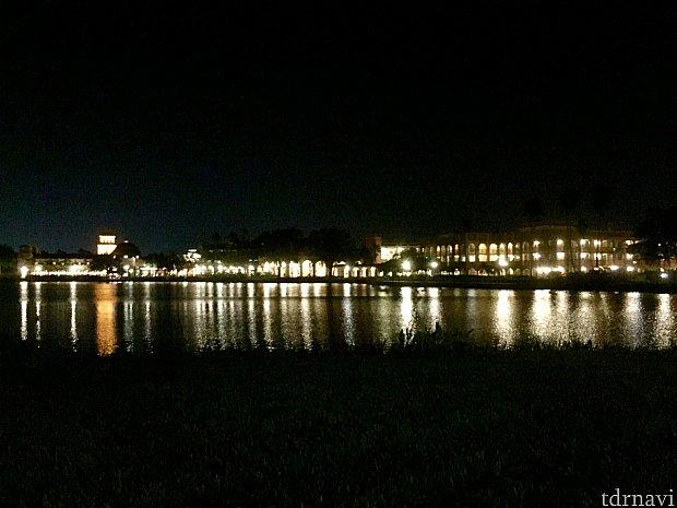 コロナドスプリングスは大きな湖の周りに立つ美しいリゾート。