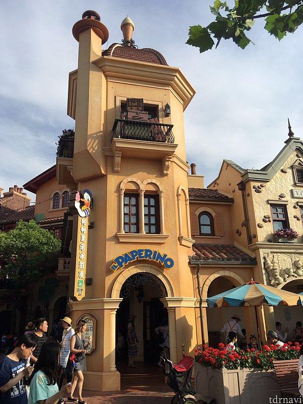 カッコいい建物。店名はアイスクリーム屋となっていました。