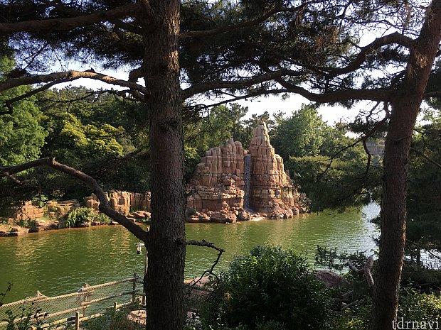 ここからは島内から見える島外の景色などをご紹介!こちらはカヌー乗り場手前にある滝