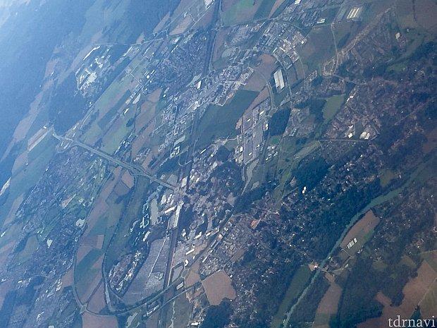 飛行機の窓から見えたディズニーランドパリリゾートです。不思議な丸い線を地上に見つけたので、よく見たらスペースマウンテンが見えました。大きな丸の中の5時の方向に見える緑の濃い部分がディズニーランドです。