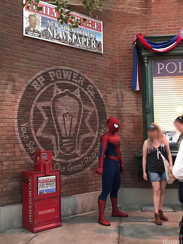 キャプテンアメリカの隣にはスパイダーマン!2人と写真を撮るには長い待ち時間だったので諦めちゃいました!