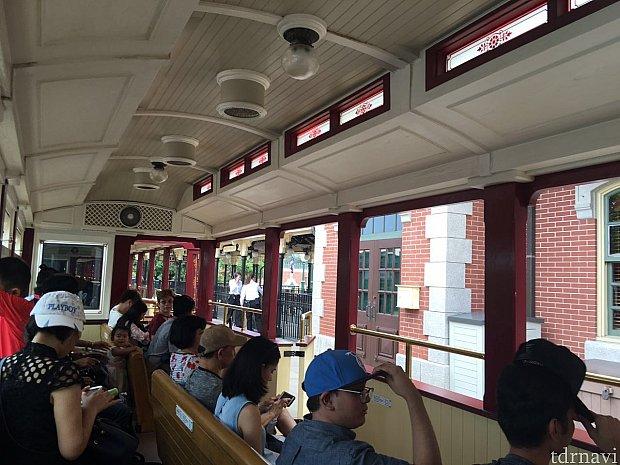 鉄道はパークの内側に向かって座るようになっています。映画館などの劇場のようなスタイルです。