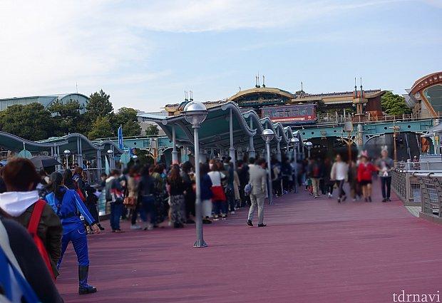 テスト運営時のスタンバイ列。ファストパスを発券していないので、この列で30分待ちぐらい。どんどん進んであっという間にプレショーです。