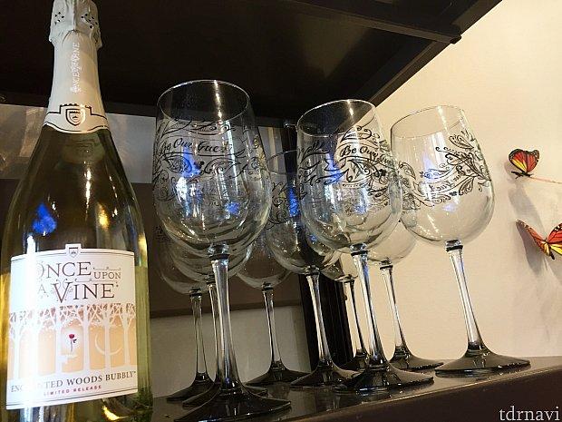 美女と野獣のシャンペンもあります。薔薇が描かれています。やはりこういったスペシャルワインは、美女と野獣のワイングラスで頂くと一層美味しくいただけそうですよね〜。