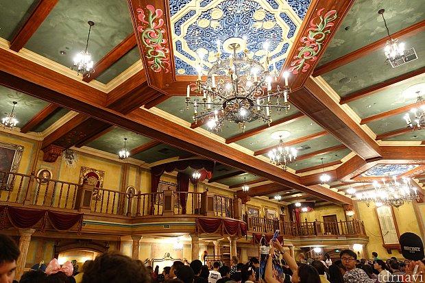 プレショーの大広間。ここで海賊コメディショー(20分間)が開催されますが中国語なので分かりません。