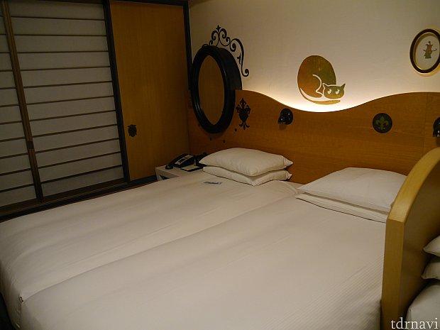 正ベッド2台はかなりピッタリくっついてます。窓の障子がこの部屋に合わないのが気になります・・